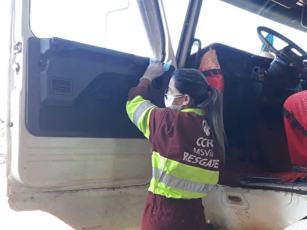 Equipes realizam higienização de cabines de caminhões na BR-163