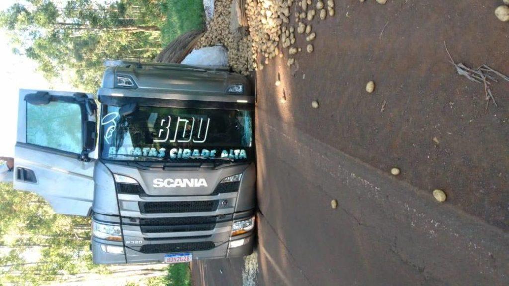 Caminhão carregado com batatas tomba na PR-170, em Novo Itacolomi