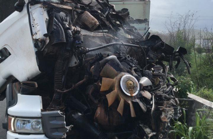 Caminhão fica sem freio e tomba na Serra das Russas