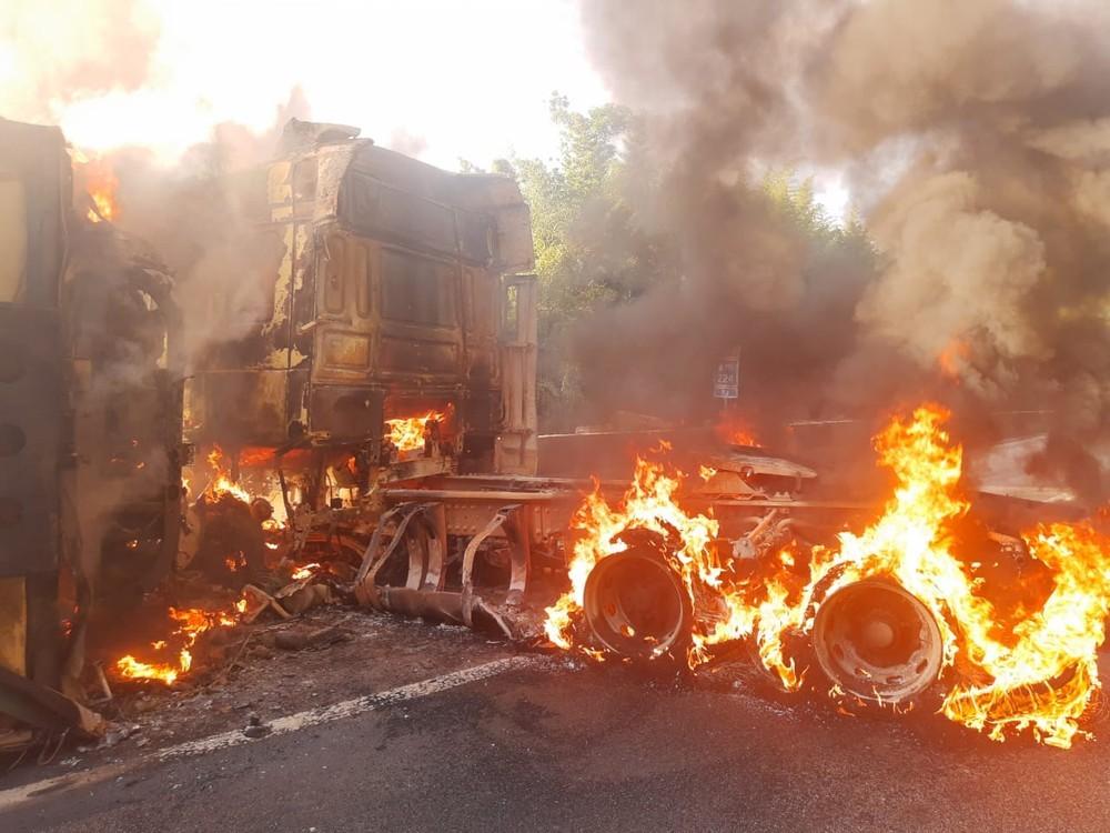 Carreta tomba e pega fogo na descida da Serra das Araras, em Piraí