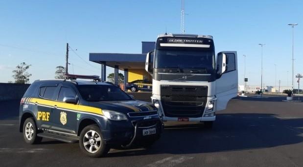 Caminhão roubado em 2016 é recuperado pela PRF na BR-101