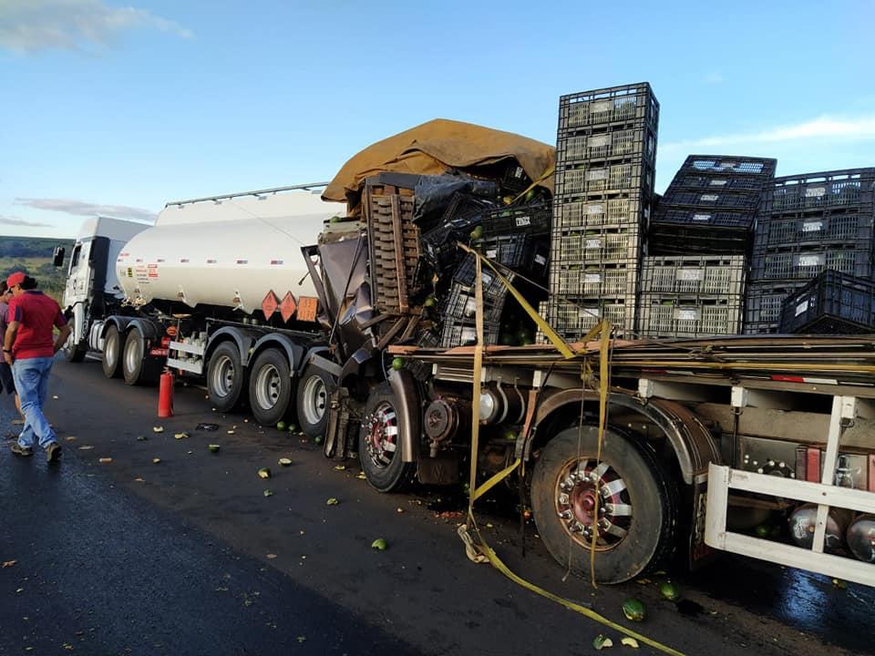 Caminhoneiro e passageira morrem após colisão traseira na BR-365 em Patrocínio - MG