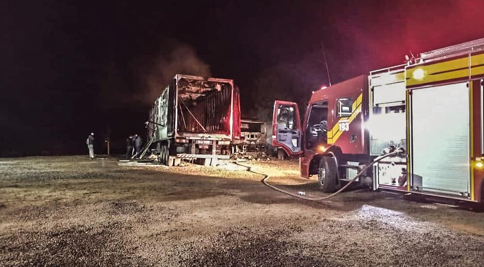 Fogo destrói 3 caminhões que estavam estacionados em oficina às margens da SC 163