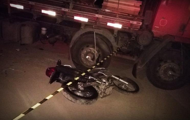 Motociclista de 19 anos que participava de racha morre ao colidir contra caminhão