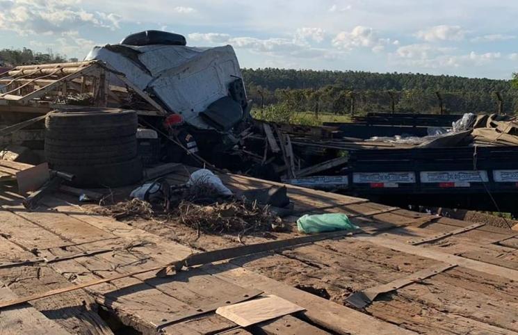Acidente com dois caminhões deixa uma vítima fatal na BR-376