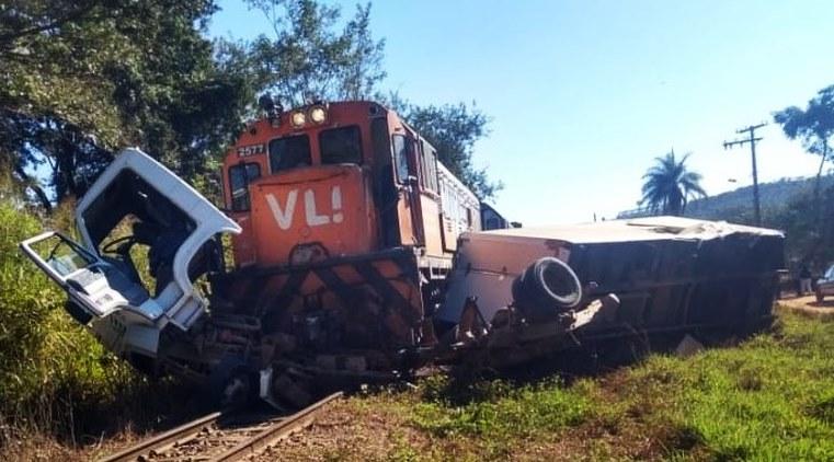 Caminhão é atingido por trem em Minas Gerais