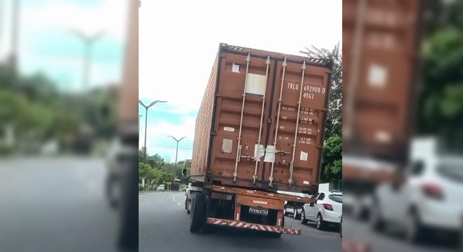 Carreta contêiner é flagrada trafegando com pneus estourados em Manaus