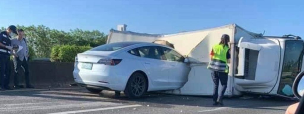 Carro com piloto automático da Tesla falha e colide contra caminhão a 110 KMH