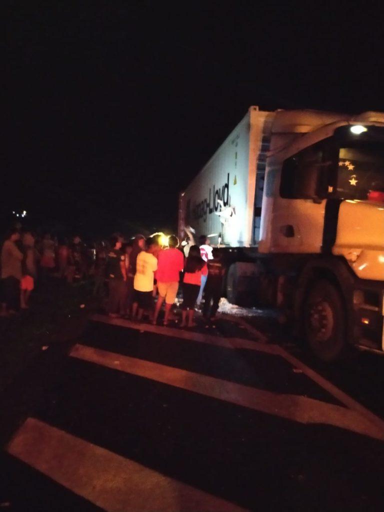 Indígenas causam acidente e saqueiam carga de caminhão na BR-277