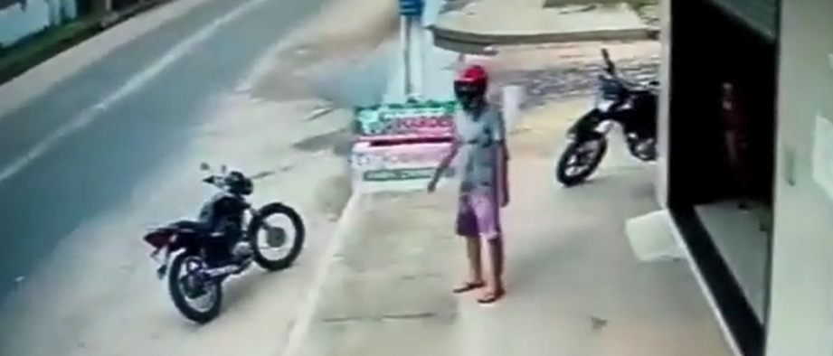 Motoboy se distrai e tem entrega levada pelo caminhão de lixo
