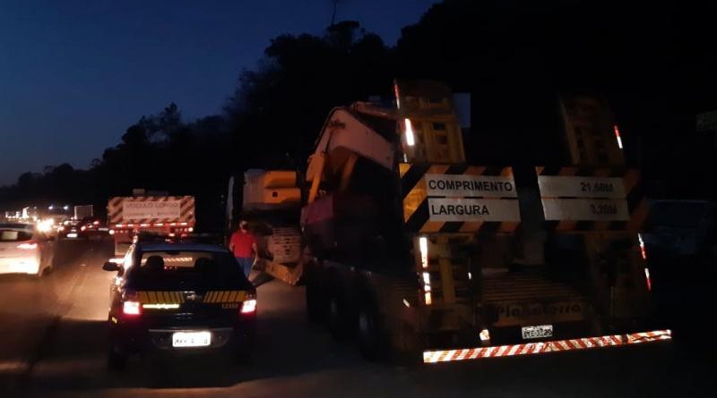 PRF flagra dois caminhões com carga superdimensionadas trafegando em horário proibido