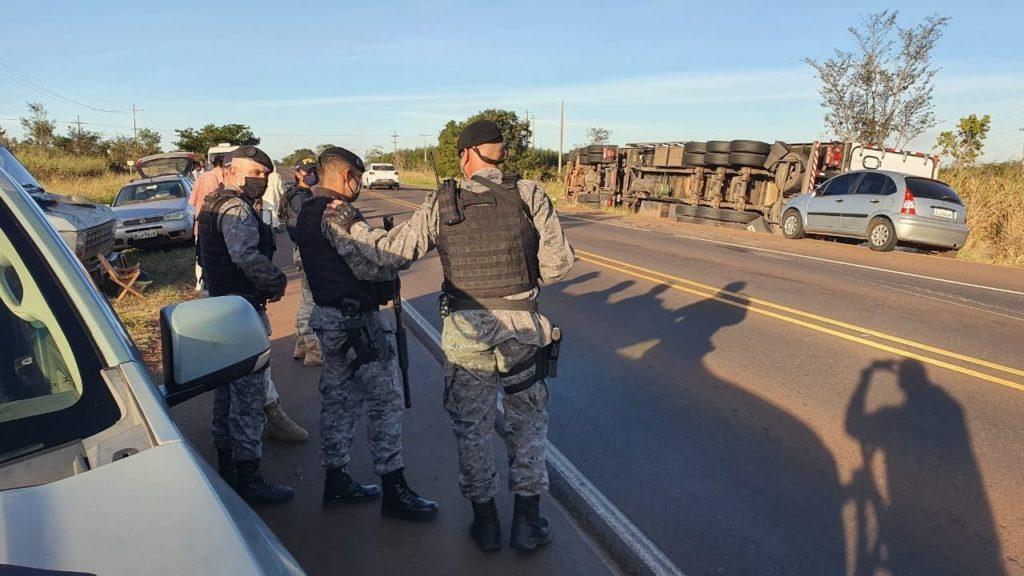 Populares se reúnem para saquear carga, mas PM e PRF impedem a ação na BR-262