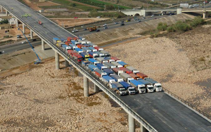 O teste de resistência de pontes e viadutos com dezenas de caminhões