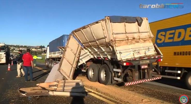 Caminhoneiro faz quebra-de-asa e perde carga de soja na BR 277