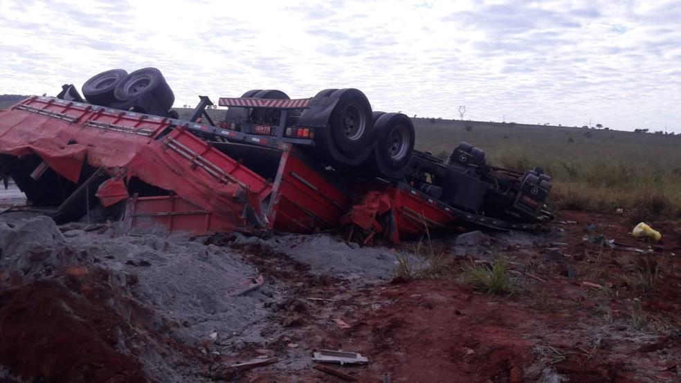 Pai e filho morrem após bitrem tombar em trecho inacabado de rodovia no MS