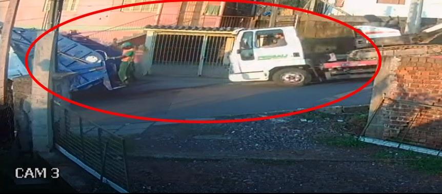 Vídeo: caminhão perde freio e atinge traseira de caminhão de lixo