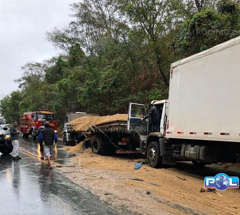 4 carretas e 2 caminhões se envolvem em acidente na BR-365