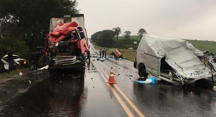 Acidente envolvendo três caminhões e um furgão causa dois óbitos na PR-182