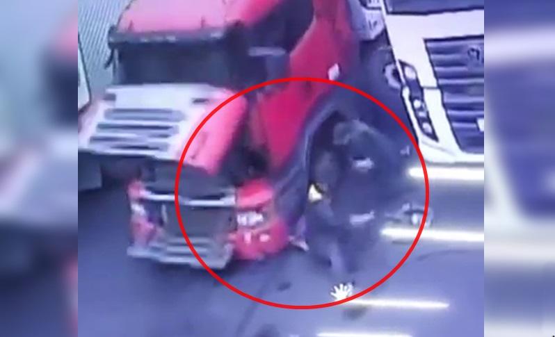 Caminhão cai 2 segundos depois de mecânico sair debaixo