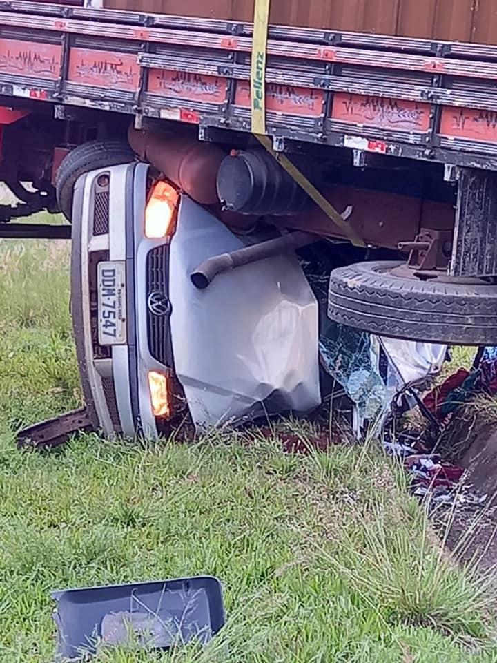 Caminhão 'passa por cima' de automóvel em acidente ERS-480
