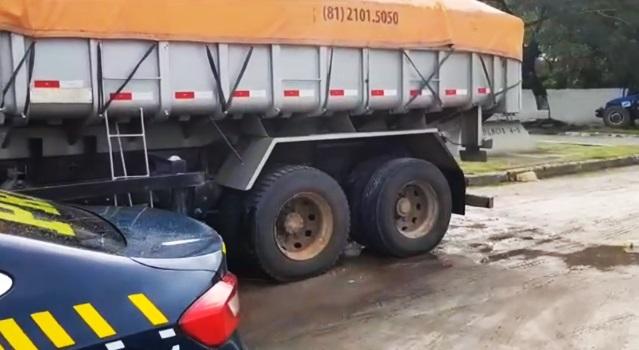 Caminhoneiro é multado em R$4 mil por 13 ton de excesso de peso na BR-101