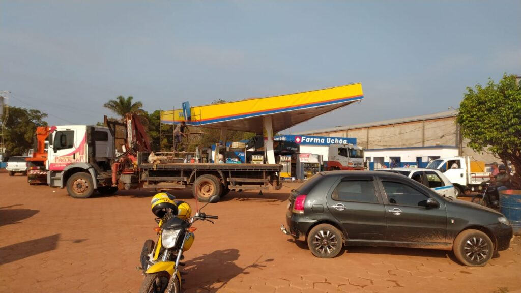 Caminhoneiro derruba teto de posto de combustíveis no Pará