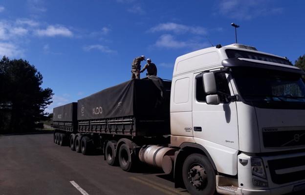Motorista inabilitado é flagrado conduzindo carreta com 17 toneladas de excesso na SC-350