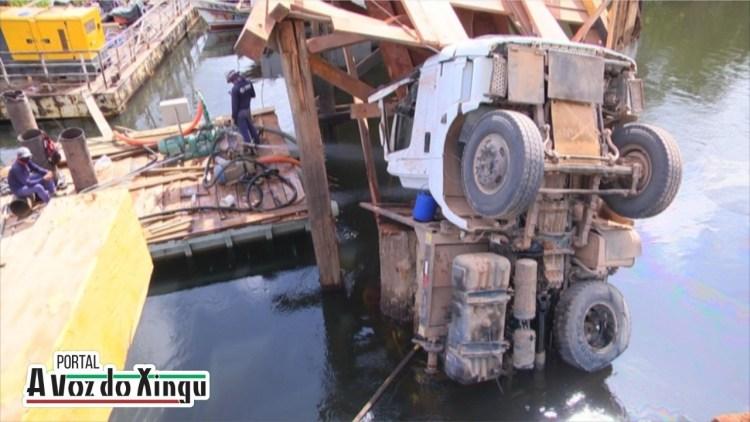 Ponte quebra e caminhão cai em rio no Para