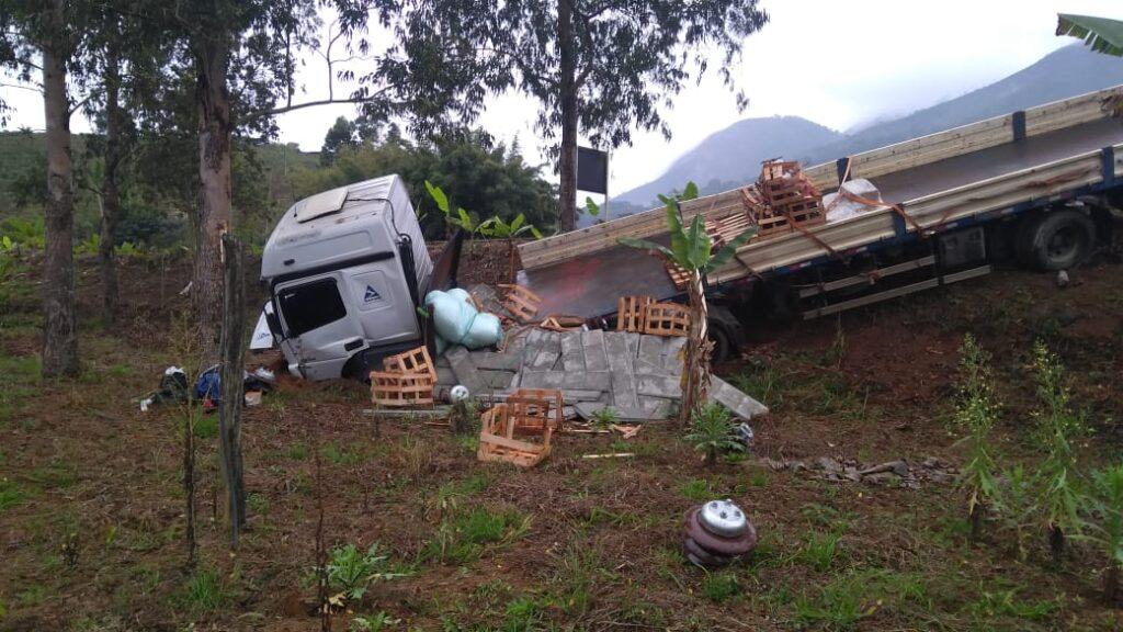 Traficante perde controle de veículo e colide contra carreta na BR-116