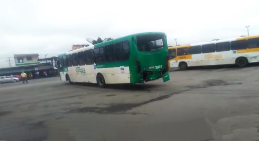 Vídeo: ex-funcionário sequestra ônibus e destrói diversos outros em Salvador