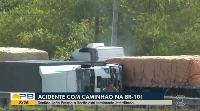 Vídeo-mostra-carreta-colidindo-em-caminhão-tombado-na-BR-101-3.jpg