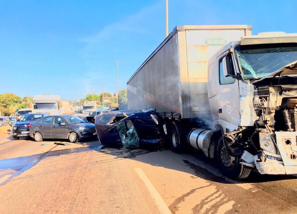 Vídeo mostra carreta sem freio antes de causar engavetamento com 20 veículo em BH