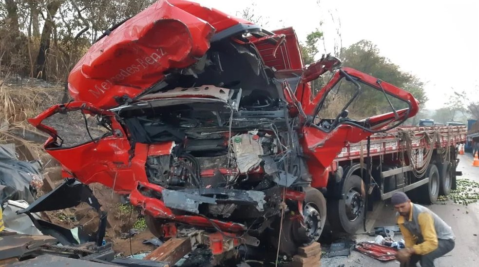 Acidente entre caminhão e van deixa 12 mortos em Patos de Minas
