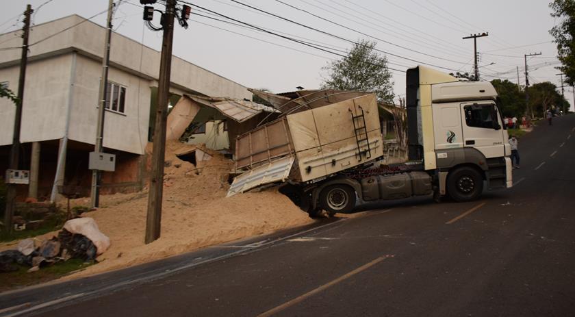 Carreta não consegue subir rua, desce de ré e acaba tombando no Paraná