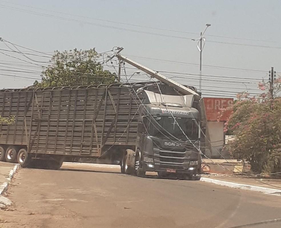 Motorista deixa região sem luz após derrubar poste ao manobrar carreta