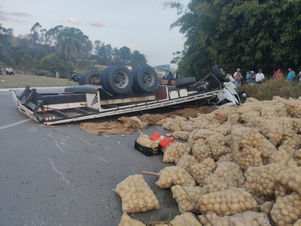 Populares que saqueavam carga de caminhão tombado são presos pela PRF em Caldas – MG