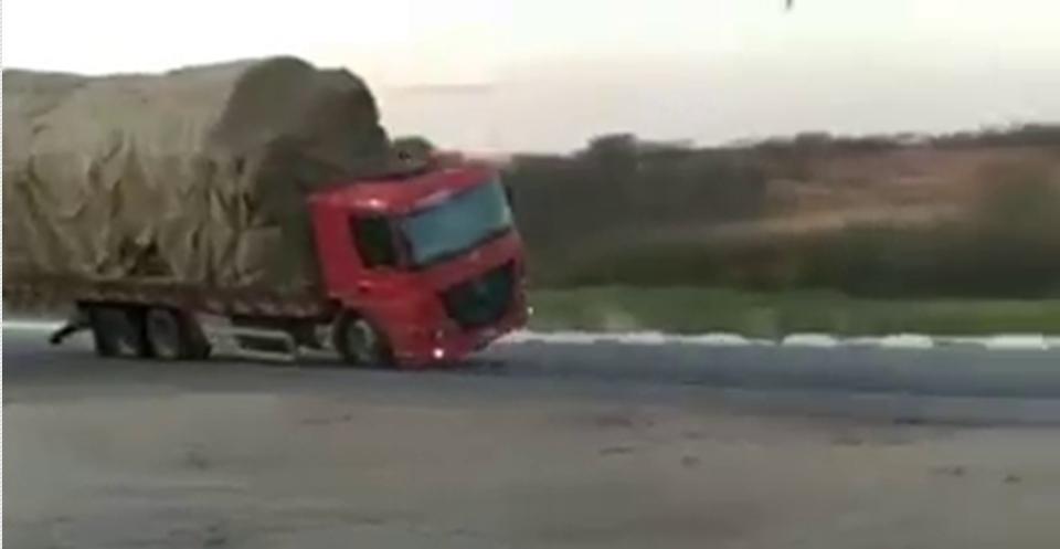 Caminhão tomba após condutor perder o controle na CE-060