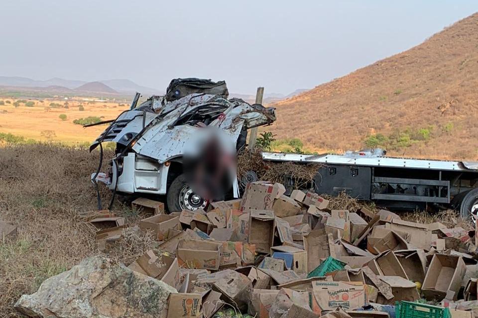 Caminhoneiro de 25 anos morre após tombar na BR-030/BA