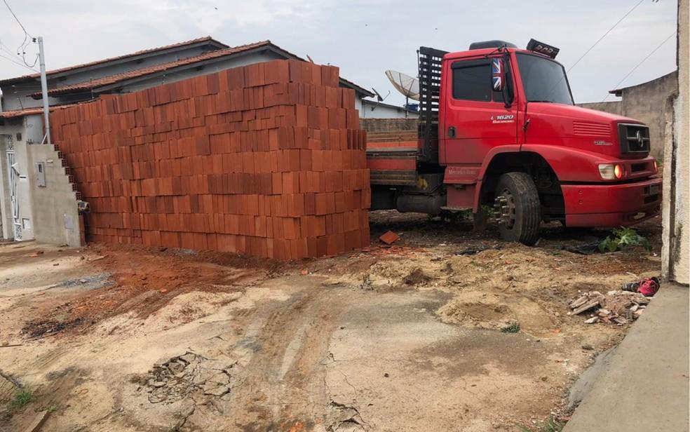 Caminhoneiro e ajudante descarregam 5 mil tijolos e esquecem de deixar espaço para o caminhão sair