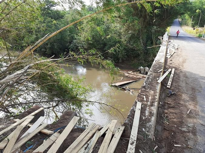 Caminhoneiro perde controle e cai de ponte na SP-052