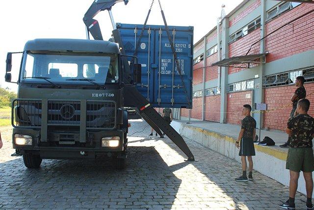 "Conheça a carreta ""Sidelifter"" que descarrega container sozinha"