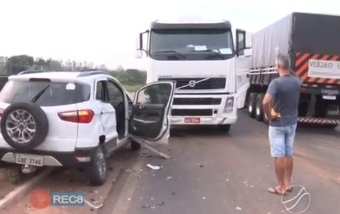 Uma carreta colidiu em um automóvel na tarde de quinta-feira, em um trecho da BR-174, em Pontes e Lacerda, Mato Grosso.