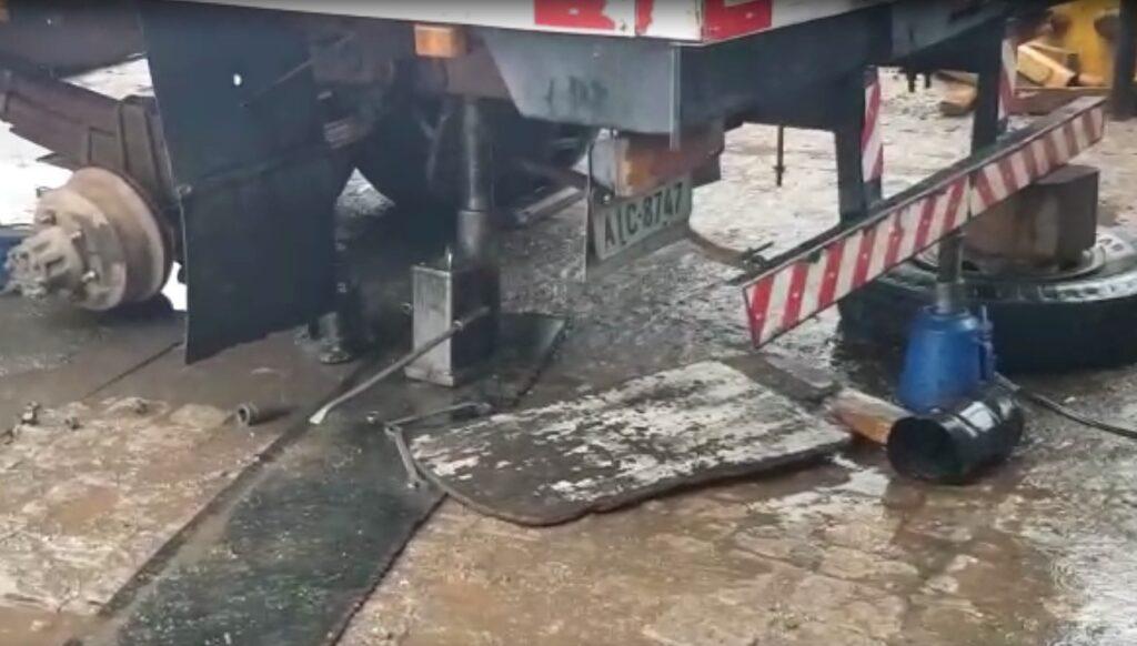 Macaco hidráulico cede e caminhão cai em cima de trabalhador em Colombo-PR