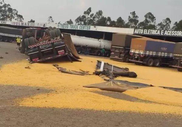 Mecânico tomba carreta ao manobrar em posto de combustíveis em Vilhena