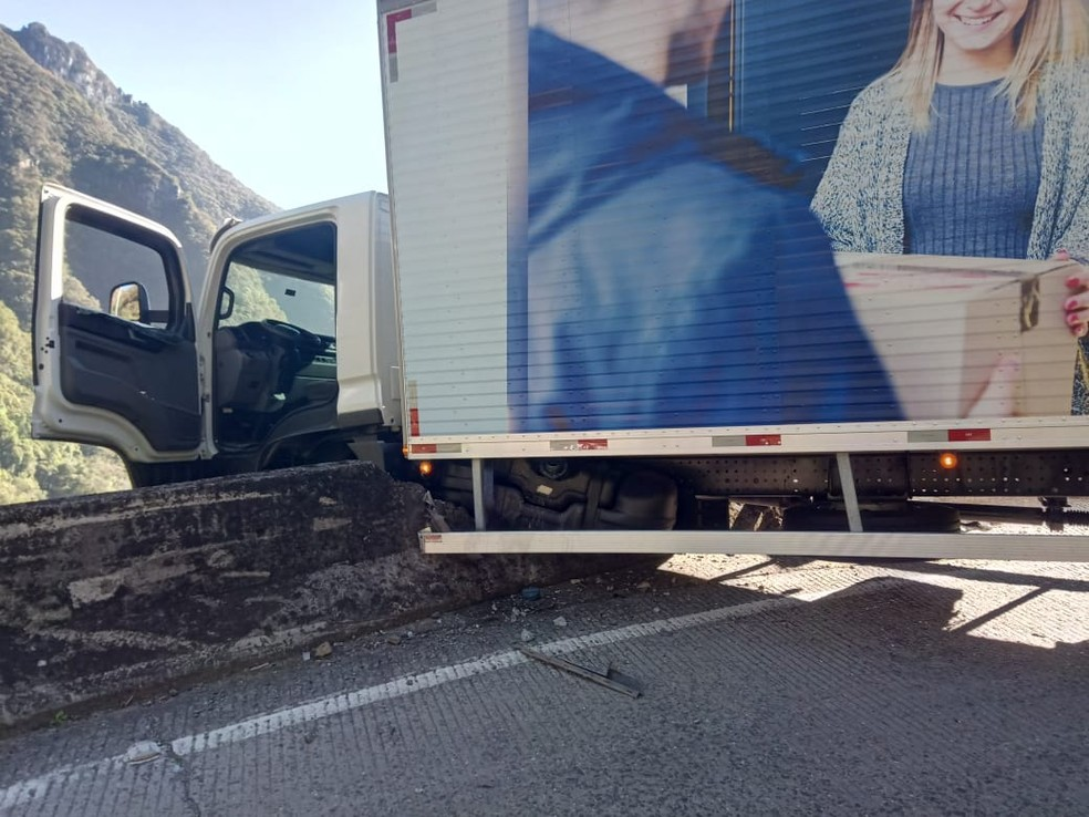 Nasceu de novo caminhão fica pendurado na Serra do Rio do Rastro SC