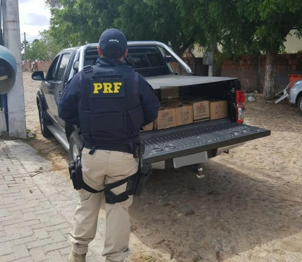 PRF prende 5 pessoas que saqueavam carga de carreta  tombada na BR-222, no Ceará