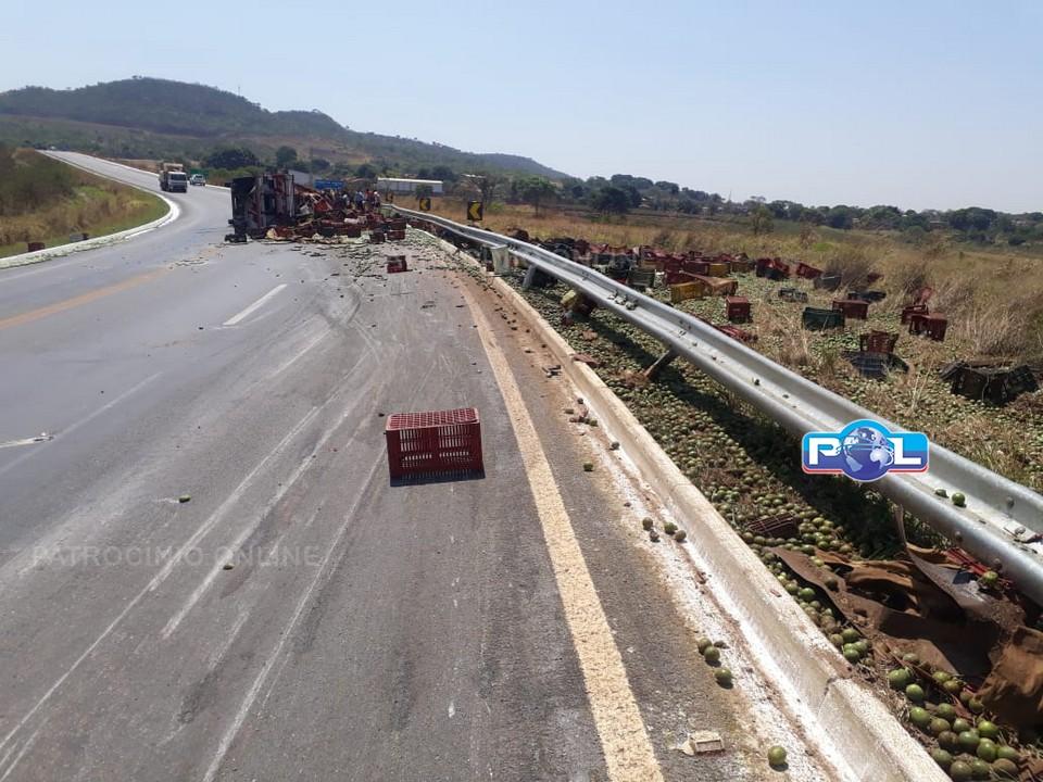 Para evitar colidir com automóvel, caminhoneiro tomba caminhão na BR-146 MG
