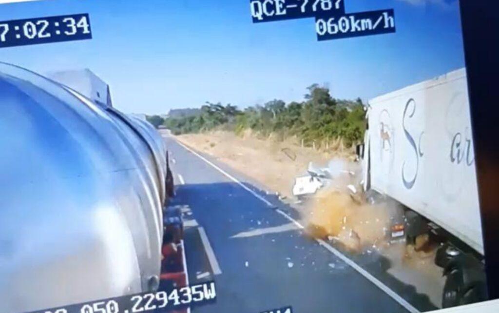 Vídeo mostra momento em que carro tenta ultrapassar carreta e colide frontalmente na GO-164