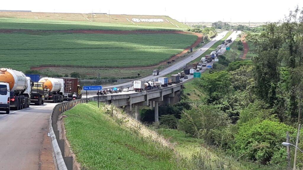 Caminhão colide na traseira de carreta canavieira no anel viário em Piracicaba - SP
