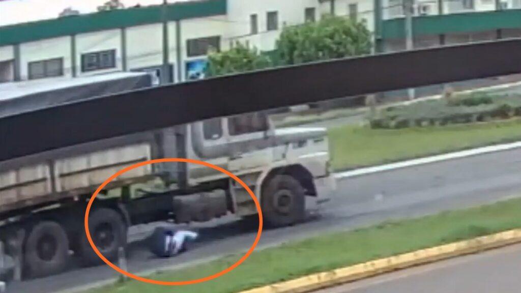 Motociclista cai debaixo de carreta e sobrevive em Francisco Beltrão - PR